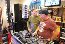 DJ les door DJ Jorgen (rechts)